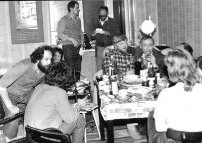 1980-е, у Вити Кривулина, сидящего спиной, стоят у окна - Петр Кожевников и Д.А. Пригов, сидят Ал